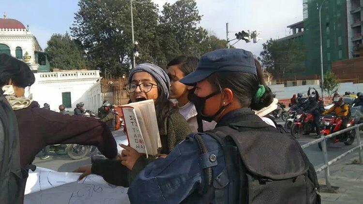 शुक्रबार किताबमाथिको कर विरोधको प्रदर्शन क्रममा विद्यार्थीलाई पक्राउ गरिँदै। तस्बिर सौजन्यः विनोद देउवा