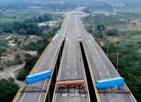 राहत बोकेका ट्रकलाई रोक्न भेनेजुयलाको सेनाले पुलमाथि राखेका कन्टेनर। फाइल तस्बिर।