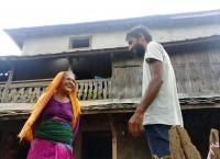 रुद्रकुमारी रिजाल आफ्ना कान्छा छोरासँग कुरा गर्दै। तस्बिरः सेतोपाटी