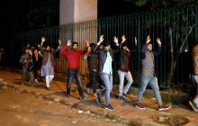 दिल्लीको जामिया इस्लामिया विद्यार्थीलाई रातारात बाहिर निकालिँदै। तस्बिर: स्क्रोल डट इन