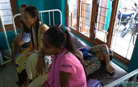 विष मिसिएको पानी पिएपछि बिरामी भएका विद्यार्थीहरू अस्पतालमा उपचार गराउँदै। तस्बिरः अर्जुन