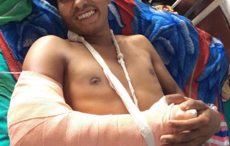 हात जोडिसकेपछि बिरामी कक्षमा मुस्कुराइरहेका रमेश। तस्बिर सौजन्य: क्षेत्रीय अस्पताल