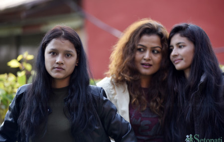 रेखा थापा र शर्मिला रावलसँग तस्बिर खिँचाउँदै कमला वली। तस्बिरः नारायण महर्जन/सेतोपाटी