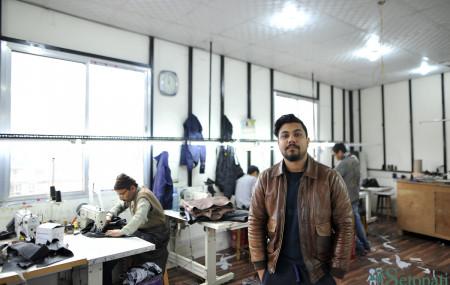 ल्याटिडो कारखानामा बिलाल। तस्बिरः नारायण महर्जन/सेतोपाटी