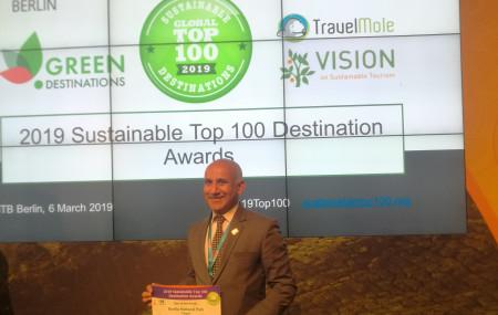 सम्मान ग्रहण गर्दै नेपाल पर्यटन बोर्डका प्रमुख कार्यकारी अधिकृत दीपकराज जोशी। तस्बिरः सेतोपाटी