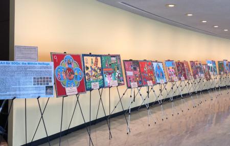 राष्ट्र संघ मुख्यालयमा प्रदर्शनीमा राखिएका मिथिलाका चित्र।  तस्बिर सौजन्य :   संयुक्त राष्ट्र संघका लागि नेपाली नियोग।