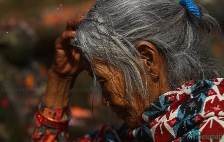 काठमाडौंको मातातिर्थमा दर्शनका लागि उपस्थित एक महिला। तस्बिरः निशा भण्डारी