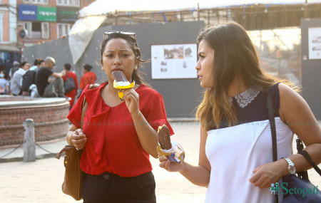 गर्मी लागेसँगै आइसक्रिमको स्वादमा रमाउँदै युवतीहरू। तस्बिरः निशा भण्डारी/सेतोपाटी