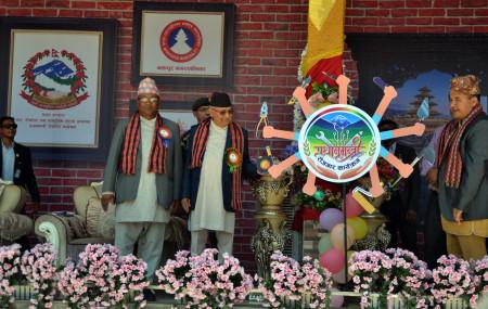 प्रधानमन्त्री केपी शर्मा ओली शुक्रबार भक्तपुरमा आयोजित कार्यक्रममा प्रधानमन्त्री रोजगार कार्यक्रमको लोगो सार्वजनिक गर्दै। तस्वीर: चन्द्रकला क्षेत्री/रासस