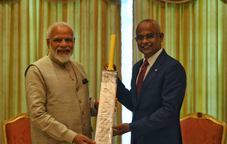 माल्दिभ्सका राष्ट्रपति सोलिहलाई ब्याट उपहार दिँदै भारतीय प्रधानमन्त्री मोदी।