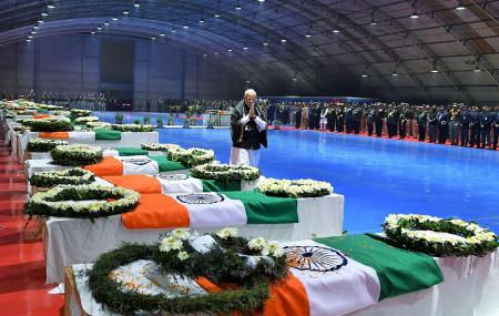 गत फेब्रुअरी १४ मा कस्मिरको पुलवामा भएको आक्रमणमा मारिएका सैनिकलाई श्रद्धाञ्जली दिँदै भारतीय प्रधानमन्त्री नरेन्द्र मोदी। फाइल तस्बिर।