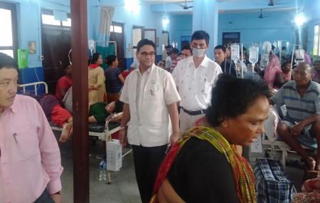 मन्त्री केसी अस्पताल निरीक्षण गर्दै। तस्वीर: भगवती पाण्डे/सेतोपाटी।