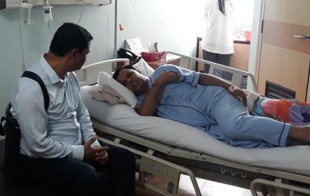 उपचाररत सांसद दवाडीलाई भेट्दै कांग्रेस केन्द्रीय सदस्य प्रदीप पौडेल।