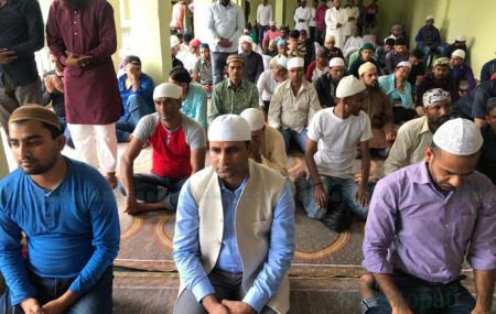 काठमाडौं घन्टाघरस्थित मस्जिदमा प्रार्थनाका लागि पुगेका मन्त्री मोहम्मद इस्तियाक राई(बिचमा)। तस्बिर : सेतोपाटी