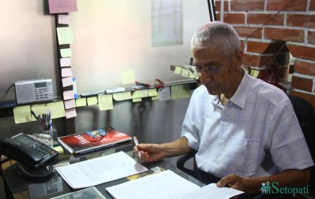 डा. सुन्दरमणि दीक्षित आफ्नो क्लिनिकमा। तस्बिरः निशा भण्डारी/सेतोपाटी