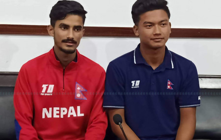 पहिलोपटक राष्ट्रिय क्रिकेट टोलीमा परेका इशान पाण्डे(बायाँ) र कुशल मल्ल(दायाँ) । तस्बिर : सीताराम कोइराला/सेतोपाटी