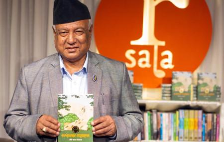 मञ्जुल आफ्नो किताब सार्वजनिक गर्दै । तस्बिरः नेपालय