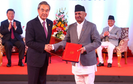 तस्वीरः नेपाल–चीनबीच भएको सहमतिपत्र आदानप्रदान।
