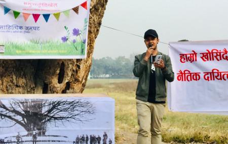 'मुक्त टुँडिखेल' अभियानअन्तर्गत गत शनिबार टुँडिखेलमा स्ट्यान्डअप कमेडी गर्दै लोकमणि त्रिताल। तस्बिर: सेतोपाटी