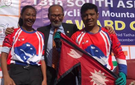 साइक्लिङ डाउनहिलमा स्वर्ण विजेता नेपाली खेलाडीहरु ।