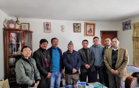 पूर्व प्रधानमन्त्री माधवकुमार नेपाल आइतबार 'अकुपाई टुँडिखेल' अभियानका अभियन्ताहरूसँग।