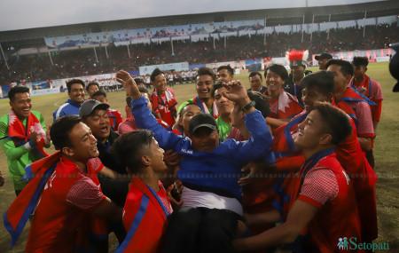 फुटबलको स्वर्ण जितेपछि प्रशिक्षक बालगोपाल महर्जनलाई उचालेर खुसी मनाउँदै खेलाडीहरू। तस्बिर : निशा भण्डारी/सेतोपाटी