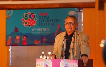शुक्रबार सुरू नेपाल साहित्य महोत्सवमा विद्वत प्रवचन दिँदै देवेन्द्रराज पाण्डे। तस्बिर स्रोत: महोत्सवको आधिकारिक ट्वीटर