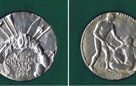 पहिलो हिउँदे ओलम्पिकमा तेजवीर बुरालाई प्रदान गरिएको पदक जुन इंल्यान्डको  गोर्खा म्युजियममा सुरक्षित छ। तस्बिर स्रोतः गोर्खा म्युजियम