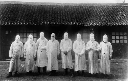 चीनको उत्तरपूर्वी प्रान्त मन्चुरियामा सन् १९११ मा प्लेगको महामारी फैलिँदा उपचारमा संलग्न डाक्टरहरू। तस्बिर: द न्यूयोर्क टाइम्स