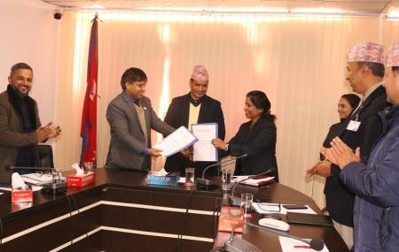 फाइल तस्विरः कार्यक्रम कार्यान्वयनका लागि प्रदेश सरकार र वैकल्पिक उर्जा प्रवद्र्धन केन्द्रबीच भएको समझदारी पत्र आदानप्रदान गरिँदै ।