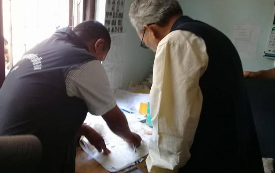 मालपोत कार्यालयमा छोरीको नाममा जग्गा नामसारी गर्दै पूर्वप्रधानमन्त्री भट्टराई। तस्बिर सौजन्य : ज्योति कोइराला