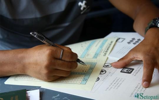 फाइल तस्वीर: कोरिया जाने भाषा परीक्षा दिँदै एक नेपाली विद्यार्थी।