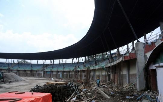 भूकम्पका कारण क्षतिग्रस्त भएको 'दशरथ रंगशाला' आउँदो फागुनभित्र पुनःनिर्माण सक्ने योजनाका साथ भत्काउने कार्य गर्दै कामदार । तस्बिरः रासस