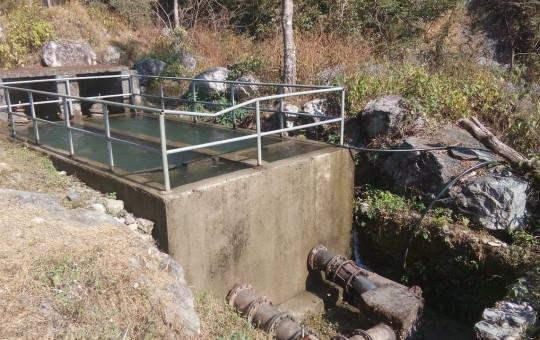 सुर्खेत उपत्यकामा पानी आपूर्ति हुने झुप्रा खोलाको 'ग्रिड ट्यांक'।  दिपकजंग शाही/सेतोपाटी
