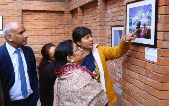 प्रधानमन्त्री केपी शर्मा ओलीकी धर्मपत्नी राधिका शाक्य आइतबार नेपाल पर्यटन बोर्डमा सगरमाथा आरोहण गर्ने महिला पत्रकारका टोलीले आयोजना गरेको फोटोप्रर्दशनी अवलोकन गर्दै । तस्बिरः रासस
