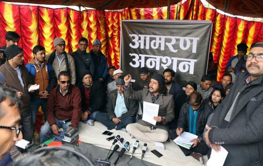 पुँजी बजार सुधार र विस्तारको माग राख्दै नेपाल स्टक एक्सचेन्ज परिसरमा आमरण अनसन बसेका लगानीकर्ता पत्रकारहरूसँग कुरा गर्दै। फाइल तस्बिर: रासस