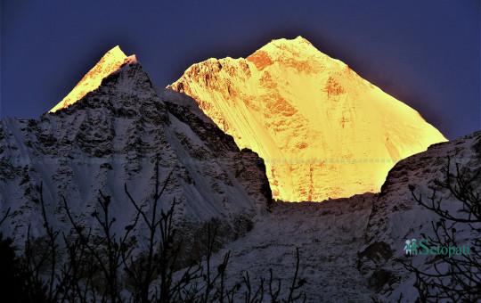 लार्जुङबाट बिहानै उठ्ने बित्तिकै देखिएको धवलागिरी हिमाल। तस्बिरः सुरेन्द्र राना