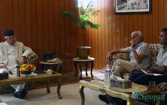 पन्ध्रौं अनसनपछि प्रधानमन्त्री निवास बालुवाटारमा भेटवार्ता गर्दै त्रिवि शिक्षण अस्पतालका प्राध्यापक डाक्टर गोविन्द केसी र प्रधानमन्त्री केपी शर्मा ओली। साथमा केसी वार्ता संयोजक अभिशेक राज सिंह। फाइल तस्बिरः निशा भण्डारी/सेतोपाटी
