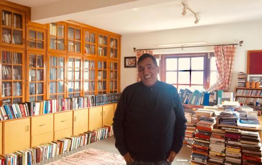 हरि शर्मा आफ्नो अध्ययन कोठामा। तस्बिर: सेतोपाटी