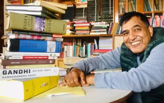 गान्धीबारे लेखिएका किताबहरूका साथमा हरि शर्मा। तस्बिर: सेतोपाटी