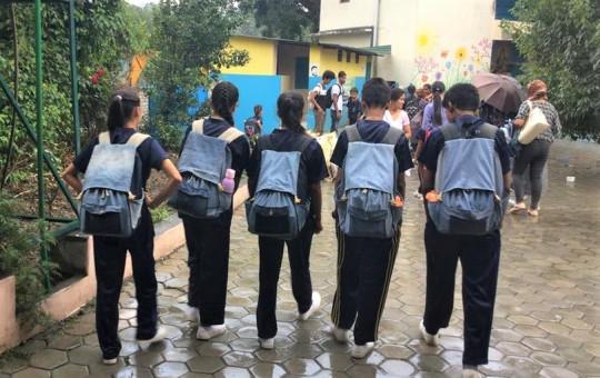 थोत्रा जिन्सबाट बनेका झोला भिरेर स्कुल जाँदै चपलीस्थित भिक्टर ह्युगो मञ्जुश्री विद्यापीठका विद्यार्थी।