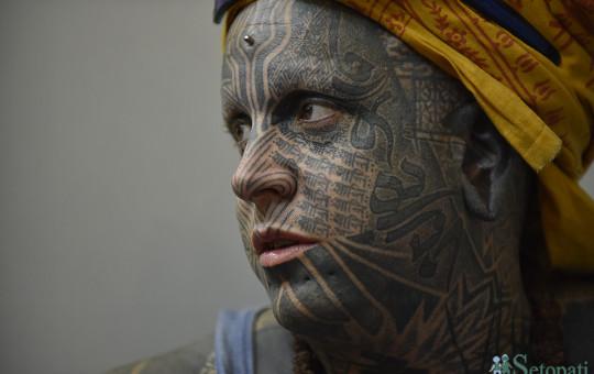 अनुहारमा ट्याटु खोपाएकी एक विदेशी नागरिक। तस्बिरः नारायण महर्जन