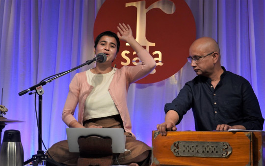 नेपालयको 'पलेँटी' शृंखलामा छन्द कविता वाचन गर्दै भूषिता वशिष्ठ र संगीतकार आभाष।