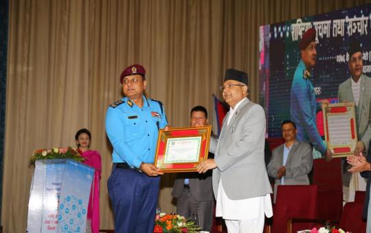 सूचना प्रविधिमा सञ्चारमन्त्री गोकुल बाँस्कोटाबाट उत्कृष्टताको प्रमाण बुझ्दै प्रहरी महानिरीक्षक सर्वेन्द्र खनाल। तस्बिर: नेपाल प्रहरी