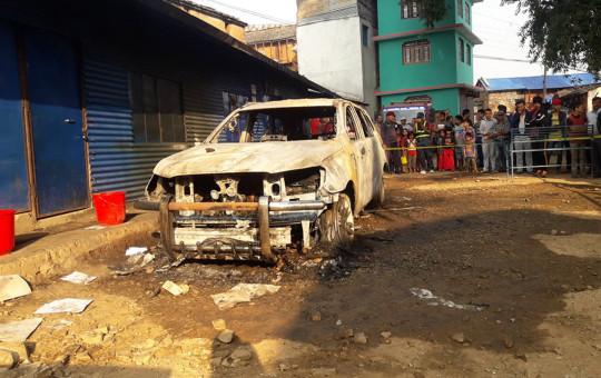 अछाम मंगलसैन नगरपालिकामा मंगलवार राती अज्ञात समूहले आगजनीबाट  क्षति ग्रस्त बा २ झ ३६९४ नम्वरको प्राडो गाडी ।   तस्बिर: होम साउद/ रासस