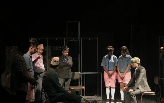नाटककार घिमिरे युवराजर अमजद प्रवेजद्वारा निर्देशित नाटक 'आँधीको मनोरम नृत्य'  को एक दृश्य।