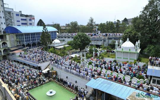 रमजानको अन्तिम दिन शुक्रबार जामे मस्जिदमा प्रार्थना गरिँदै। तस्बिर: नारायण महर्जन/सेतोपाटी