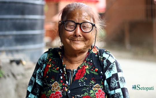 ठूलीमाया सुनुवार ८० वर्ष भइन्। बालुवाटारमा उनी ठेलामा आलुपरौठा बनाएर बेच्छिन्। तस्बिरः निशा भण्डारी/सेतोपाटी
