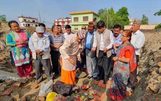 बहुउद्देश्यीय भवन शिलान्यास गर्दै नेकपा नेता घनश्याम भुसाल। तस्विर: भगवती पाण्डे/सेतोपाटी