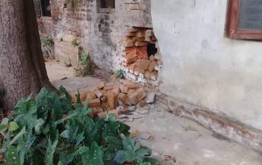 विस्फोटले क्षति भएको नगर कार्यालयको भित्ता। तस्बिर : नेहा झा/सेतोपाटी